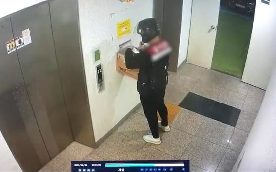 새벽에 성매매 수익금을 걷으러 가는 조직원. 택배기사로 위장했다. 사진 경기남부경찰청