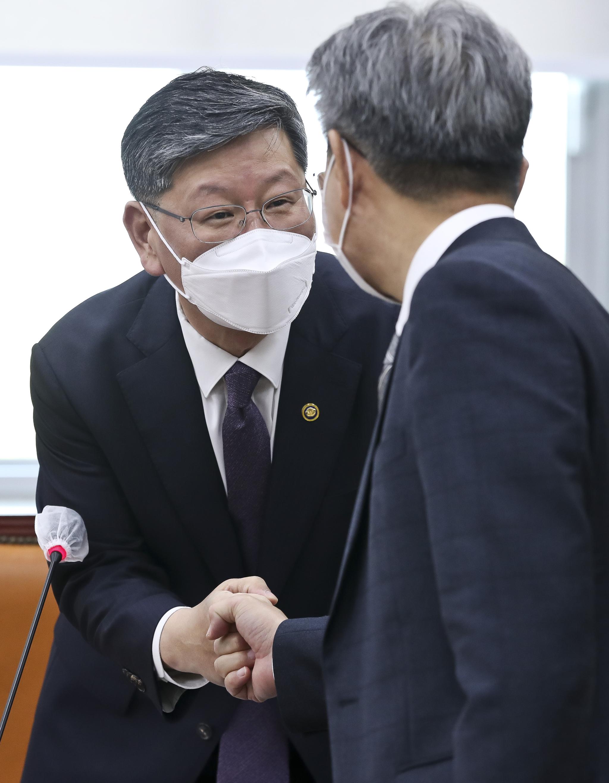 이용구 법무부 차관(왼쪽). 연합뉴스