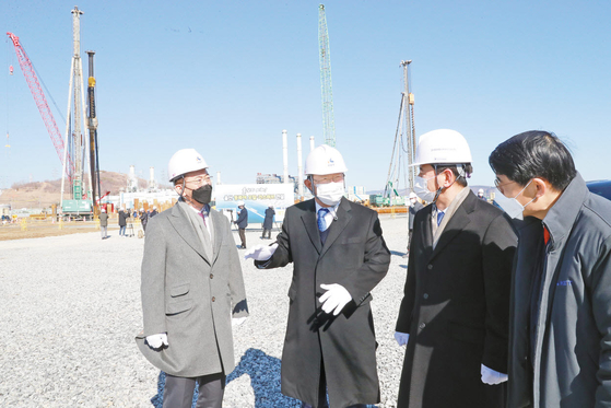 """송철호 울산시장이 지난 2월 울산 신항에 조성 중인 동북아 오일·가스허브 단지를 방문했다. 송 시장은 """"울산이 에너지 거래의 국제적 중심지가 될 것""""이라고 강조했다.  [사진 울산시]"""