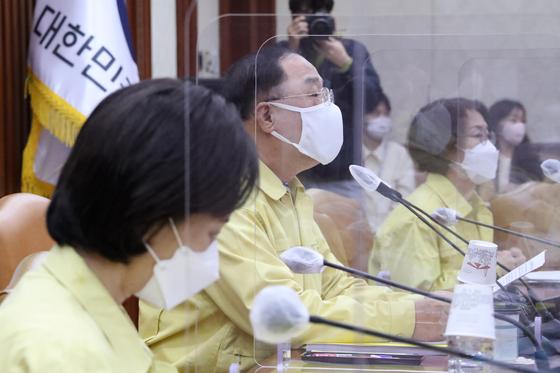 비상경제 중대본 회의 주재하는 홍남기 부총리   (서울=연합뉴스)