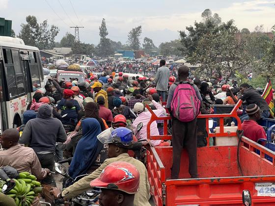 콩고민주공화국 니라공고 화산 인근 고마시를 떠나려는 주민들의 행렬로 27일(현지시간) 도로가 극심한 정체를 빚고 있다. 사진 CNN