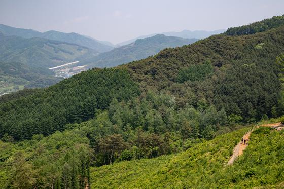 치악산둘레길 전체 구간이 지난 20일 개통했다. 국립공원을 넘나들고 치악산 주변의 작은 산과 마을, 원주혁신도시까지 아우르는 140㎞ 길이다. 사진은 8코스 거북바우길에 속한 구학산. 원주 신림면 마을과 주변 산세가 훤하게 보인다.