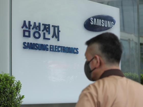 외국인 투자자들은 삼성전자의 지난해 결산 배당금을 7조원 넘게 받아갔다. 사진은 서울 서초구 삼성전자 서초사옥의 모습. 뉴스1