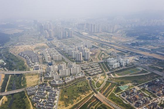 수도권 '로또' 분양시장에서 다크호스로 떠오른 경기도 화성시 동탄2신도시. 2기 신도시 10곳 중 규모가 가장 크다. 부지면적이 2400만㎡이고 주택 11만 가구, 인구 28만명으로 계획돼 있다. 현재 9만가구 분양해 8만가구가 입주했다. 한국토지주택공사