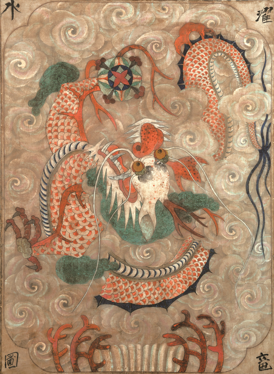 용은 동양 사회에서 제왕을 상징했다. 또 용 그림은 비를 내리게 할 수 있다는 믿음 때문에 기우제에 자주 사용됐다. 19세기 후반~20세기 전반 제작된 민화 '운룡도(雲龍圖)'다. 상하좌우 네 귀퉁이에 '수탁용도(水濯龍圖)'라고 적혀 있다. [사진 갤러리조선민화]