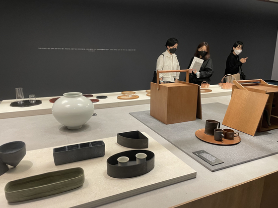'Intimate Things' by Hyun Sang-jae Yoon.  'Boxes, glasses, tools' expressing gratitude for ordinary things.  Reporter Bae Jeong-won