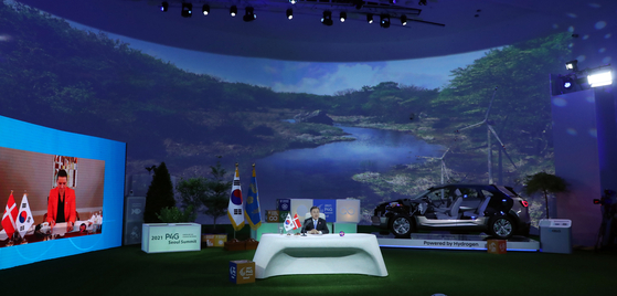 President Moon Jae-in is greeting at a video summit with Danish Prime Minister Mette Fredericsen held at the Dongdaemun Design Plaza (DDP) in Seoul on the afternoon of the 30th.  yunhap news