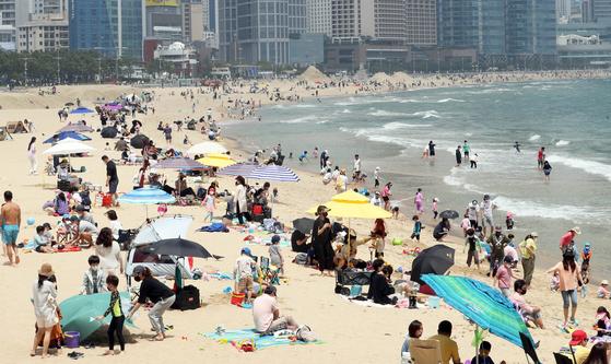 지난 23일 많은 피서객이 부산 해운대해수욕장을 찾았다. 연합뉴스
