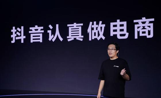 지난 4월 8일, 더우인 전자상거래 부문 총책임자 캉저위(康泽宇)가 '흥미 커머스'를 통해 전자상거래 시장 공략에 나서겠다고 발표했다. [사진출처=틱톡]