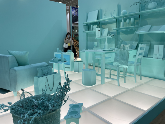 The exhibition of'Layered Home' by Densk CEO Kim Hyo-jin.  Both the walls and furniture were filled in mint color.  Reporter Bae Jeong-won