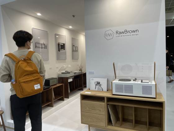 A furniture display that combines a turntable and an LP cabinet.  Reporter Bae Jeong-won