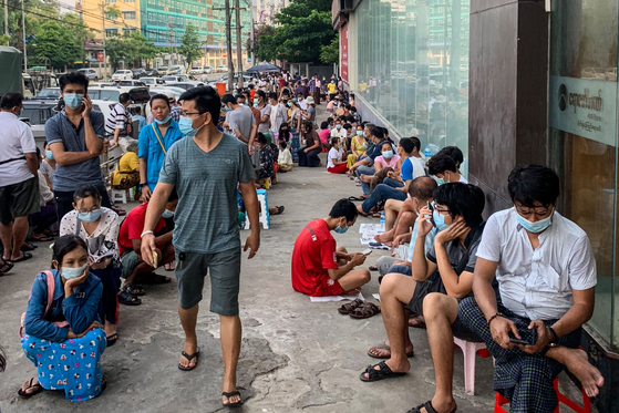 People waiting in a long line before banking in Yangon, Myanmar on April 12, waiting for cash withdrawals[AFP=연합뉴스]