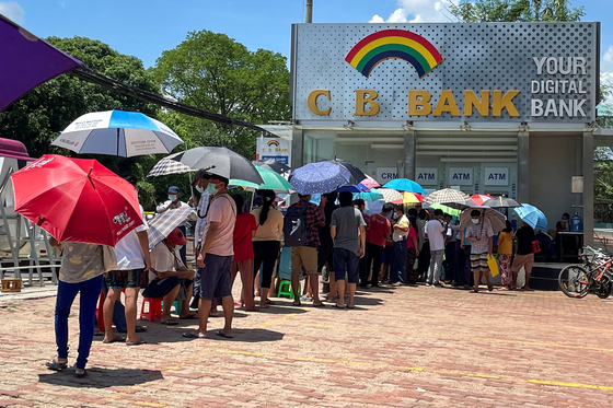Myanmarians lined up in front of bank teller machines on May 13th [로이터=연합뉴스]