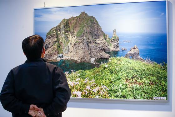 지난 2월 22일 서울 중구 을지로4가역 아뜨리애 갤러리에서 시민들이 독도재단·독도청년연합회 주최 독도 전시회를 보고 있다. 일본 시마네현은 이날 독도가 자국 영토라는 주장을 펼치는 '다케시마의 날' 행사를 강행했다. 시마네현은 지난 2006년부터 '다케시마 편입 고시일'인 2월 22일을 다케시마의 날로 정해 매년 기념해 오고 있다. 뉴스1