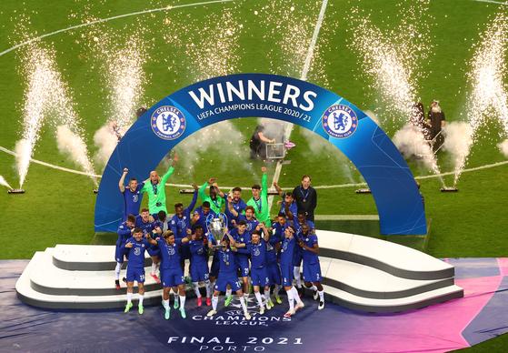 챔피언스리그 우승컵을 들고 기뻐하는 첼시 선수들. [로이터=연합뉴스]