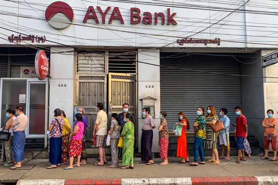 지난 4월 12일 양곤의 한 은행 앞에 돈을 뽑기 위해 길게 줄 선 사람들 [AFP=연합뉴스]
