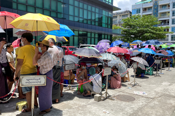 Those waiting for cash withdrawal in Yangon on May 13th.  I can see a lot of people wearing parasols. [로이터=연합뉴스]