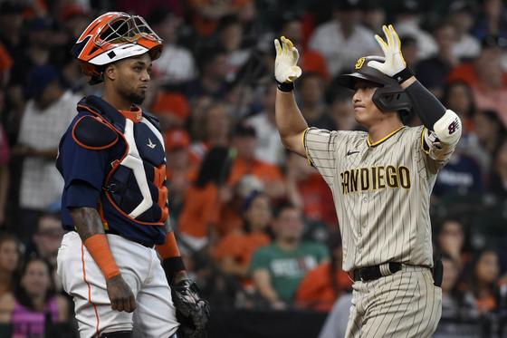 시즌 3호 홈런을 때려낸 샌디에이고 김하성(오른쪽). [AP=연합뉴스]