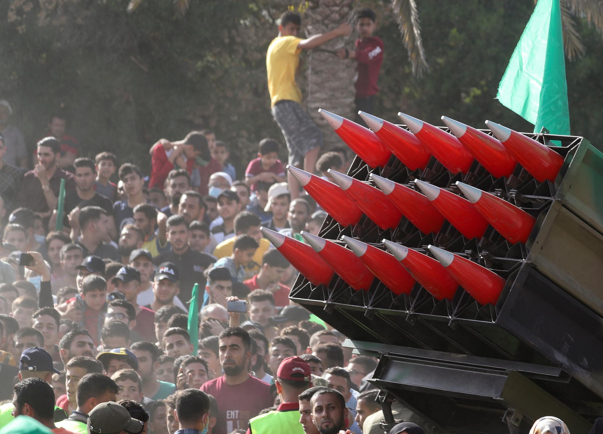 팔레스타인 무장정파 하마스가 30일(현지시간) 가자지구 북부 베이트 라히아에서 반 이스라엘 군사 퍼레이드를 열었다. 트럭에 장착된 다연장 로켓포가 행렬을 지나고 있다. 로이터=연합뉴스