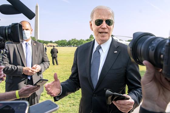25일(현지시간) 조 바이든 미국 대통령이 전용기 마린 원에 오르기 전 취재진의 질문에 답하고 있다. [UPI=연합뉴스]