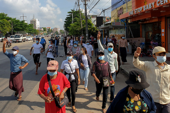 Rebel protesters marching near Insein Prison in Yangon, Myanmar on May 1st.  AFP=Yonhap News