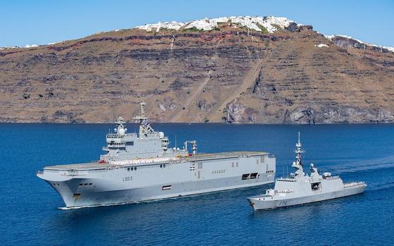 프랑스 해군의 강습상륙함인 토네르함(왼쪽)과 프리깃함인 쉬르쿠프함. 프랑스 대사관