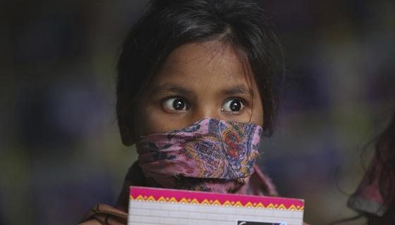 인도의 한 아이가 코로나19 예방을 위해 마스크를 쓰고있다(사진은 기사와 직접적 관련이 없습니다). AP=연합뉴스