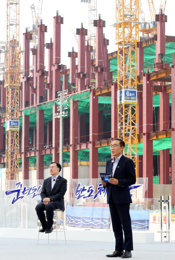 지난 13일 'K-반도체 전략 보고'에서 브리핑을 하고 있는 김기남 삼성전자 부회장(오른쪽). [연합뉴스]