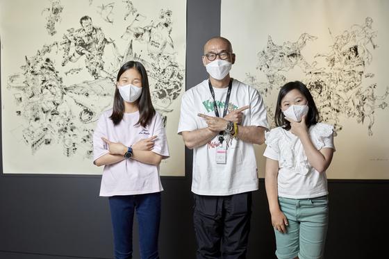 라이브드로잉의 대가 김정기(가운데) 작가를 만난 소중 학생기자단.