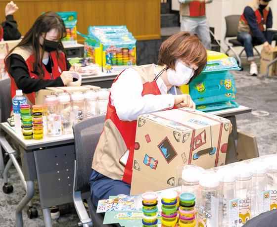 롯데월드는 서울대학교어린이병원 환아 100명에게 선물상자 '드림아트-나도 꼬마 예술가'를 증정했다. 선물상자에 놀이용 점토와 병원 생활에 유용한 생활용품을 담았다. [사진 롯데그룹]