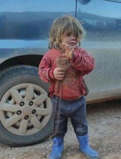 시리아 난민 캠프에서 쇠사슬에 묶여 생활하다 숨진 6살 아이 날라 알 오스만. [트위터 캡처]