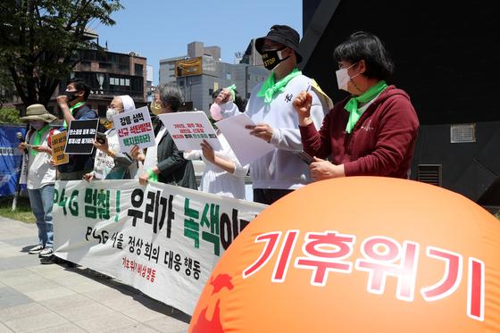 지난달 30일 서울 중구 청계천 한빛광장에서 시민단체 회원들이 기자회견을 하고 있다. [뉴스1]