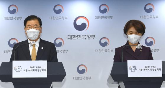 정의용(왼쪽) 외교부 장관과 한정애 환경부 장관은 1일 P4G 서울 정상회의 결과를 설명하기 위한 합동 브리핑에 참석했다. [연합뉴스]