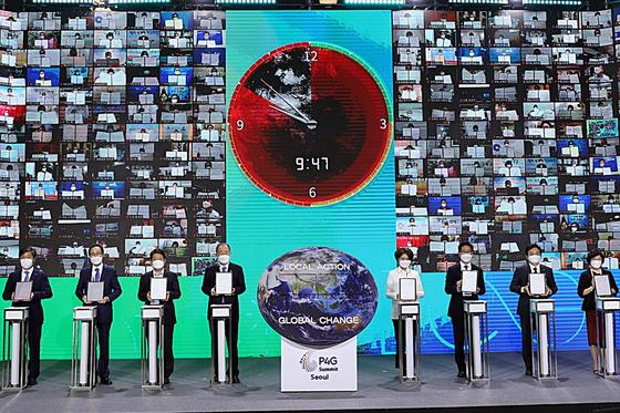 지난달 24일 서울 동대문디자인플라자에서 열린 '서울 녹색미래 정상회의 특별세션'에서 지자체의 탄소중립 선언 퍼포먼스가 진행되고 있다. [뉴스1]