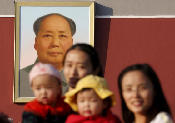 중국 천안문 광장에서 엄마들이 아이와 함께 기념사진을 찍고 있다. [로이터=연합뉴스]