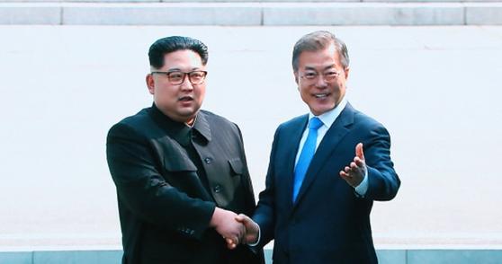 문재인 대통령과 김정은 북한 국무위원장이 2018년 4월 판문점에서 만나 악수하고 있다. [중앙포토]