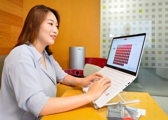 LG화학 영업사원이 디지털 고객관계관리(CRM) 'LG Chem On'에서 고객이 요청한 견본 색상을 살펴보고 있다. [사진 LG화학]