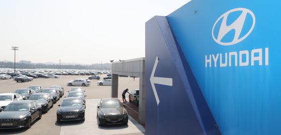 충남 아산시 현대차 아산공장 출고장에서 완성된 차량이 줄지어 세워져 있다. [뉴스1]