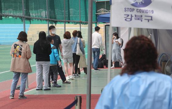 지난 1일 서울 강북구 강북구민운동장에 마련된 코로나19 임시 선별검사소에서 시민들이 검사 대기를 하고 있다. 뉴스1