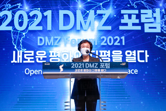 5월 21일 한명숙 전 국무총리가 경기 고양시 일산서구 킨텍스에서 열린 '2021 DMZ 포럼 새로운 평화의 지평을 열다'에서 축사를 하고 있다. 뉴스1