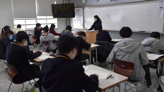 지난 3월 23일 오전 서울 강남구의 한 고등학교에서 1학년 학생들이 3월 전국연합학력평가를 보고 있다. 뉴스1