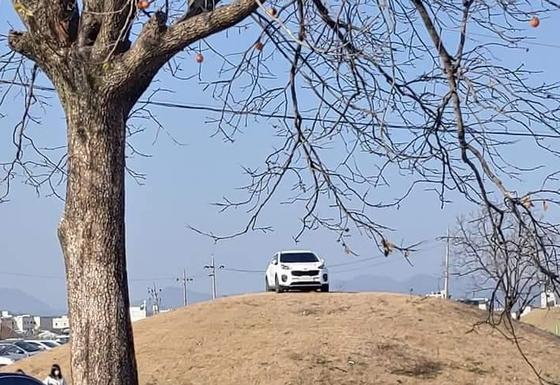 지난해 11월 경북 경주시 쪽샘지구 한 고분 위에 주차된 SUV 모습. [온라인 커뮤니티 '보배드림' 캡쳐]