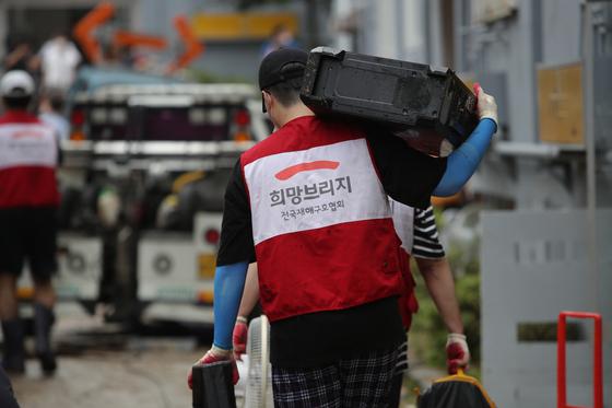 희망브리지 전국재해구호협회가 호우피해가 발생한 대전 정림동의 한 아파트를 찾아 자원봉사 활동을 펼치고 있다. 뉴스1