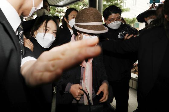윤석열 전 검찰총장의 장모 최모씨(74)가 지난 3월 18일 오후 경기도 의정부시 의정부지방법원에서 열린 공판에 출석하고 있다. 뉴스1