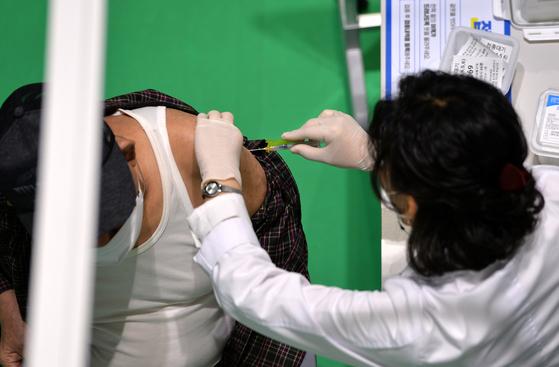 신종 코로나바이러스 감염증(코로나19) 화이자 백신 2차 접종이 실시된 지난달 31일 대전의 한 예방접종센터에서 의료진이 어르신들에게 백신을 신중히 접종하고 있다. 프리랜서 김성태