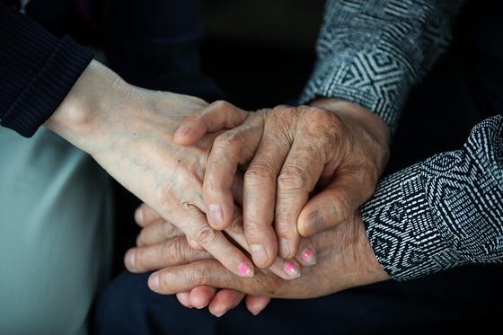 지난달 20일 서울 마포구 한 공원에 나들이 나온 노부부가 손을 잡고 있다. 우상조 기자