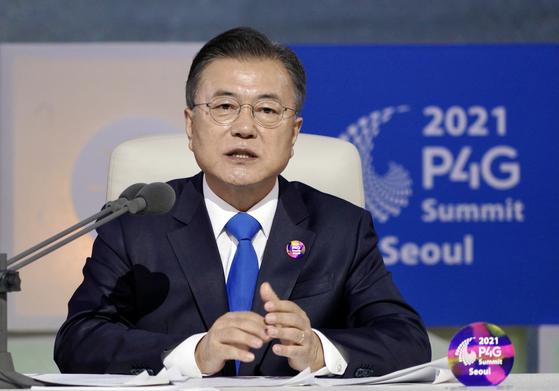 문재인 대통령이 지난달 31일 서울 동대문디자인플라자에서 열린 '2021 P4G 서울 녹색미래 정상회의' 정상토론세션 회의에서 개회사를 하고 있다. 청와대사진기자단