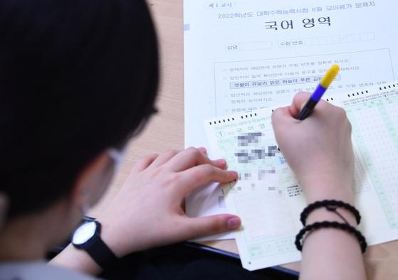 2022학년도 대학수학능력시험의(수능) 첫 모의평가가 실시된 3일 서울 마포구 상암고등학교에서 학생들이 시험을 보고 있다.  이번 모의평가는 수능 체제 개편에 따라 문·이과를 통합해 국어, 수학 선택과목을 도입한 첫 모의평가다. 뉴스1