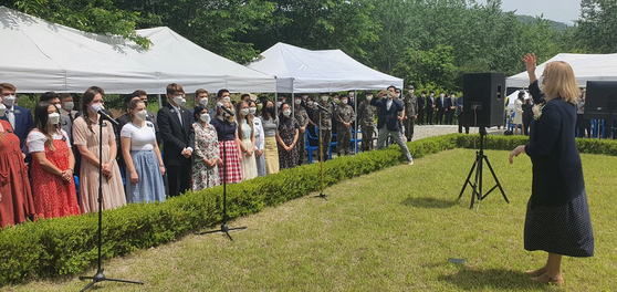 가평 전투 70주년을 기념하는 행사에서 한국과 미국의 참전용사 후손들이 함께 애국가와 미국 국가를 번갈아가며 부르고 있다. 브래드 테일러의 부인 앤 테일러 여사가 지휘하고 있다.