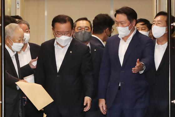 김부겸 총리(앞줄 왼쪽 두 번째)와 기업인 단체장들. 임현동 기자